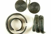 Bronzové ozdoby nalezené u Ryjic