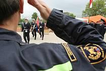 Dvacet tři mužů a jedna žena, coby nováčci Hasičského záchranného sboru Ústeckého kraje, slavnostně složilo v požární stanici  ve Všebořicích služební slib.