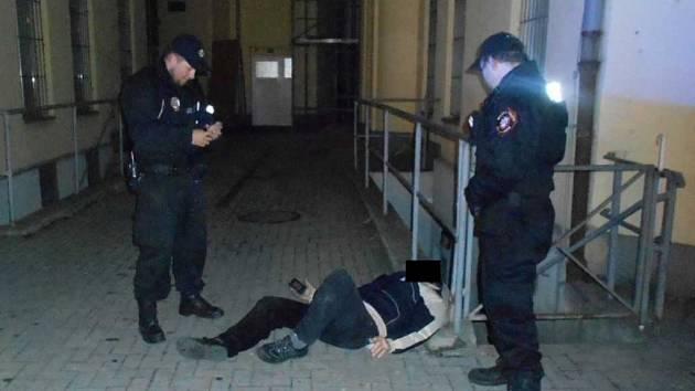 V ulici U Kostela ležel opilý muž na dlažbě a vůbec nebyl schopen se sám o sebe postarat.