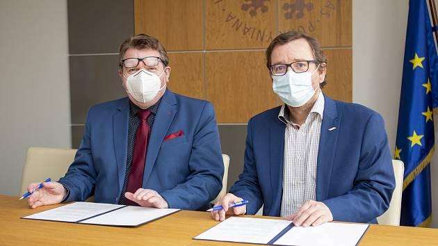 Jan Eichler (vlevo) a Martin Balej podepisují smlouvu o vzájemné spolupráci.
