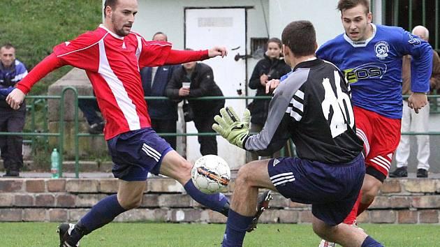Fotbalisté Neštěmic (modří) doma porazili Modrou 8:4.