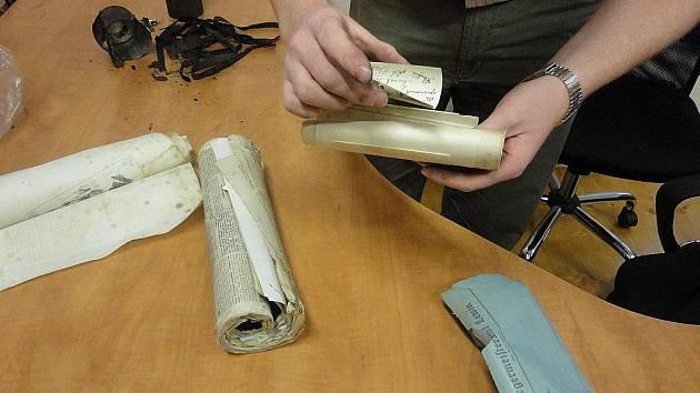Archivář Biskupství litoměřického Martin Barus otevírá 22. 7. 2011 tubus nalezený při opravách věže kostela v Levíně.