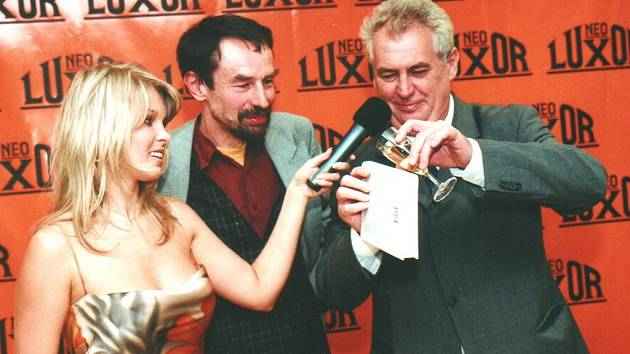 Před několika lety pokřtil jednu z knih Jana Bauera Miloš Zeman. Na snímku zleva bývalá televizní rosnička Romana Vítová a Jan Bauer.