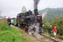 Po lokálce pelášila parní lokomotiva, legendární Velký Bejček.