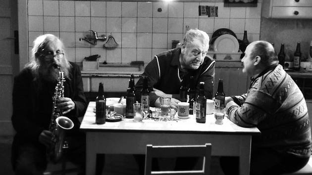 Hospoda nebo kuchyně. Všude je třem bývalým muklům lépe, než jim bylo v bolševickém v kriminále.
