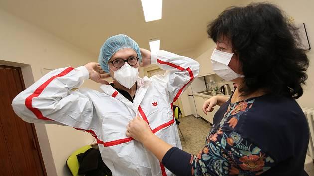 Redaktor Jaroslav Balvín si vyzkoušel na vlastní kůži práci v odběrovém místě v Masarykově nemocnici v Ústí nad Labem.