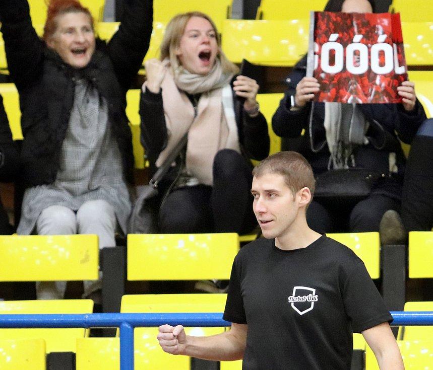 Florbalisté Ústí nad Labem (v černém) udolali doma nepříjemnou Ostravu 5:4.