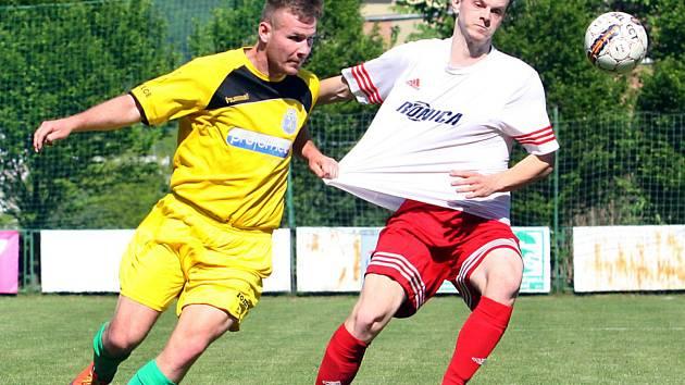 Neštěmice (v bíločerveném) porazily ve 24. kole KP Litvínov 3:2. Foto: Deník/Rudolf Hoffmann
