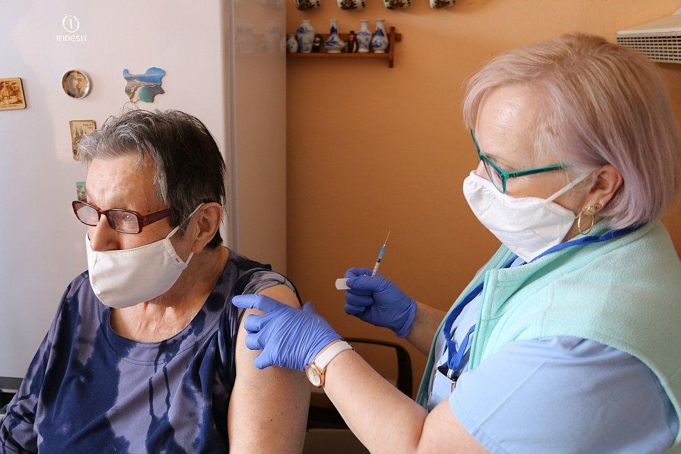 Pacientka Karla Horčová, kterou mobilní tým naočkoval u ní doma.