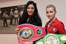 Juniorská mistryně světa WBC v pérové váze Lucie Sedláčková (vlevo) a juniorská mistryně světa WBC v mini-muší váze Fabiana Bytyqi.
