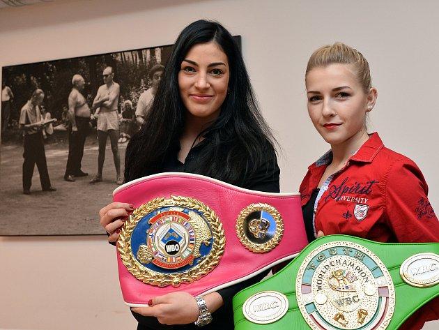 Juniorská mistryně světa WBC vpérové váze Lucie Sedláčková (vlevo) a juniorská mistryně světa WBC vmini-muší váze Fabiana Bytyqi.