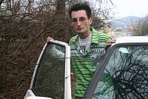 Ondřej Patrovský má při vystupování z auta obavy o lak svého vozu