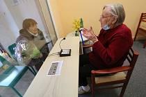 V domě s pečovatelskou službou v Krásném Březně v Ústí nad Labem mají oddělenou návštěvní místnost. Příbuzní tak mohou bez problému navštívit seniory. Bez strachu, že je nakazí.