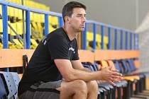 Trenér Antonín Pištěcký dohlíží na své svěřence během kondičního tréninku