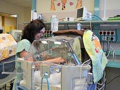 Zdravotníci neonatologické kliniky v ústecké Masarykově nemocnici ročně pečují o více než 100 novorozenců, kteří při porodu vážili pod 1500 gramů.