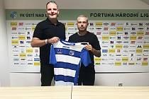 Vasil Kušej (vpravo) se sportovním ředitelem Army Petrem Heidenreichem a dresem FK Ústí nad Labem.