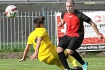 Fotbalisté Mojžíře (žlutí) a Velkého Března při vzájemném zápase.