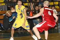 Rozehrávač BK Ústí Marek Slunečko (vlevo) patří v letošní sezoně k oporám týmu.