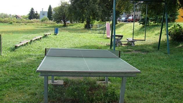 Ping-pong se vrátí do ulic. Stoly budou modernější, než tento, který mají v Roudníkách.