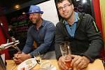 Bouřlivě oslavovat mohli jen příznivci hnutí ANO 2011  v ústeckém Grill Pubu na Klíši.