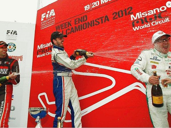 David Vršecký stříká vMisanu šampaňské na třetího Jochena Hahna.