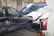 Nehoda v Předlicích. Auto zde narazilo do zdi.
