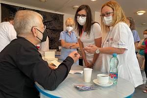 Spisovatel Josef Formánek poděkoval zdravotníkům v Ústeckém kraji za jejich nasazení, během května navštívil sedm nemocnic. Se zdravotníky si ústecký rodák popovídal, věnoval jim knihy, podepsal také téměř 2000 výtisků svých děl.