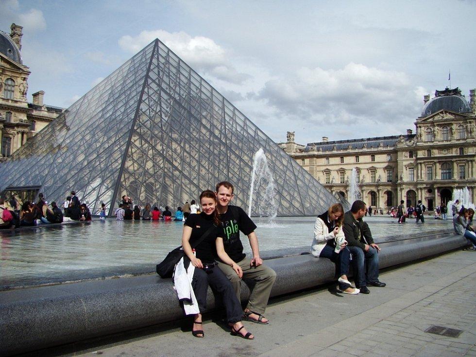 """""""Moc rádi vzpomínáme na krásné dny strávené v romantické Paříži."""" Fotografii ze světoznámého Louvru poslala Inna Janečková z Ústí nad Labem."""