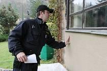 Policisté na kontrole chatek v Dolních Zálezlech.