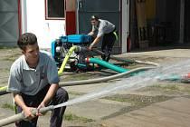 Nová stříkačka božtěšických hasičů má objem motoru dva litry. Když na ni přidají plyn, dokáže nádrž s vodou vyprázdnit během několika sekund.