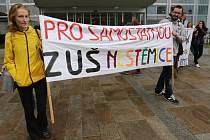Protest před krajským úřadem proti slučování ZUŠ