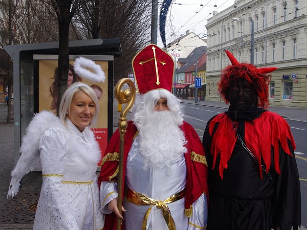 Mikulášská trojice nadělovala vústecké MHD.