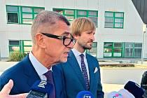 Premiér Andrej Babiš (vpředu) a ministr zdravotnictví Adam Vojtěch na návštěvě Masarykovy nemocnice v Ústí nad Labem