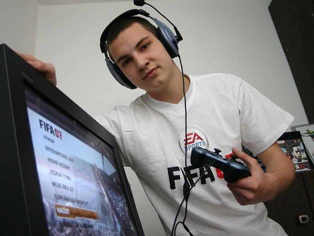 Čerstvým mistrem ČR v počítačové hře FIFA 07 je Chlumečan Filip Lejček