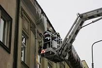 Hasiči odstraňovali z veřejných budov rampouchy