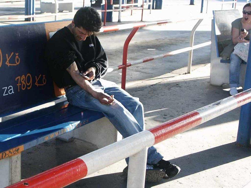 Závislost na autobusovém nádraží