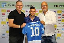 Gonzalez během představení na severu Čech. Vlevo sportovní manažer FK Ústí Petr Heidenreich. Lorenzo Gonzalez je novou posilou FK Ústí nad Labem.