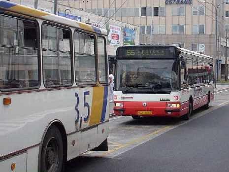 Situace v červenci: Trolejbus z linky 55 předal cestující do autobus a prázdný odjíždí do vozovny