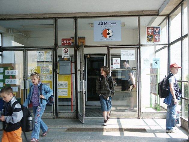 ZŠ Mírová: Vchod do školy