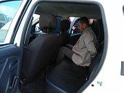 Strážník Pavel Jindra a poškozený Jan Rytíř (světlé sako) předvádí soudci Pavlu Kudělovi (v hnědém klobouku) jak se chovali při incidentu.
