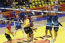 ÚSTÍ – LIBEREC 3:2. Domácí ve žluto-modrém vyhráli derby po setech 25:23, 24:26, 25:22, 17:25 a 15:12).