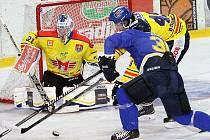 Ústečtí hokejisté (modří) doma prohráli s Českými Budějovicemi 2:3 v prodloužení.