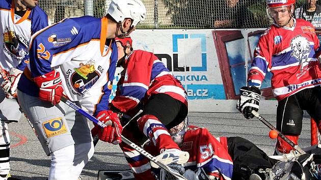 Ústečtí hokejbalisté (bílo-modří) doma prohráli s Jihlavou 2:3.