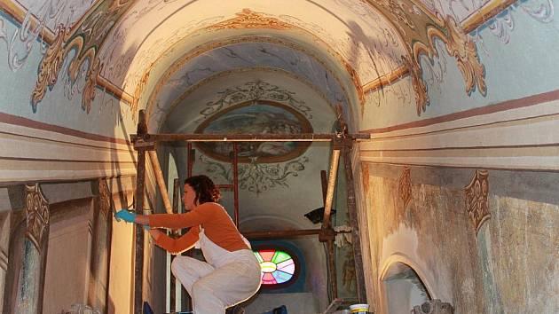 Restaurování nástěnných a nástropních maleb na postranním schodišti Svatých schodů Lorety v Rumburku.