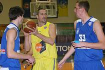 Tomáš Hrubý (s míčem) odehrál ve střetnutí nejvyšší basketbalové soutěži s pražským celkem USK celých čtyřicet minut. Sluneta však nakonec duel prohrála.