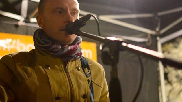 Jan Budař hrál a zpíval v Ústí na netradičním místě, na hradě Střekov.