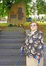 Pamětnice Anna Palmová u pomníku obětem.