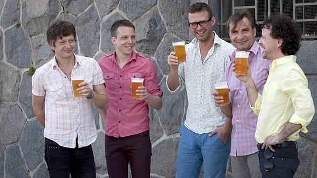 Pětičlenná kapela MIG 21 se shodne na pivu v kelímku i na dobré muzice. Dokáže to jistě už i v sobotu v Kadani v KZ Orfeum v rámci turné.