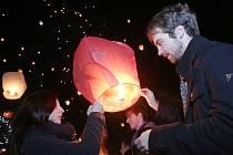 Akce Rozsviťme Ústí přilákala na Lidické náměstí na tisíc lidí. Lampiony v podvečer zaplnily oblohu nad městem.