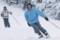 První sníh přilákal na Telnici pět až šest stovek lyžařů.